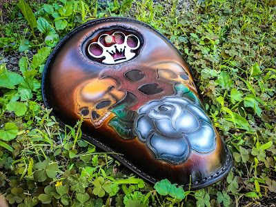 Bobber seat with knuckle duster